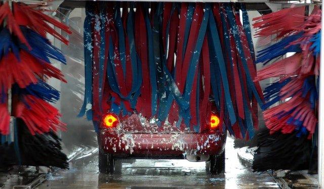 Červené auto v umyvárni áut