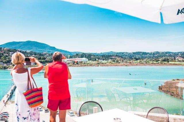 Muž a žena na dovolenke robia fotky