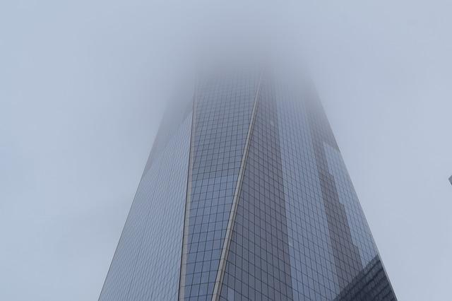 Budova zahalená do smogu.jpg