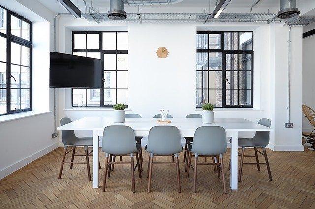 Kancelária so stolom, stoličkami a veľkými oknami.jpg